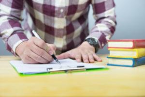 文章を書く男性